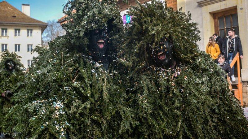 Les Sauvages du carnaval du Noirmont ne se contentent plus de chasser l'hiver, ils débarquent en plein été à la Fête des vignerons.