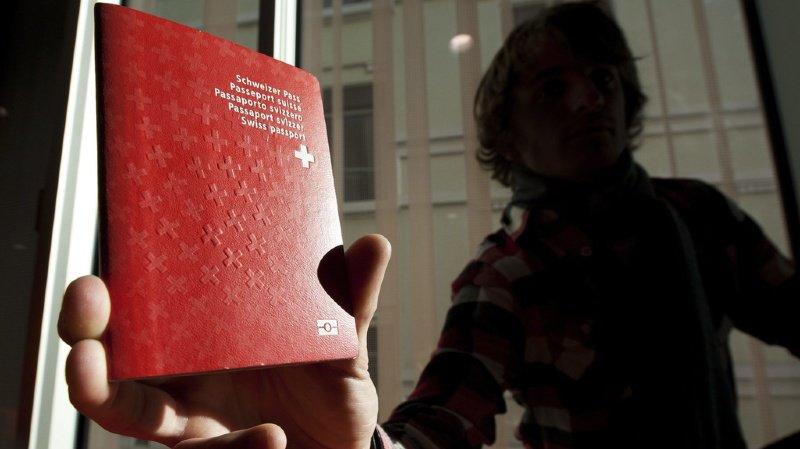 À l'occasion du 1er août, comparis.ch a comparé les émoluments en matière de naturalisation dans les 26 chefs-lieux cantonaux. (illustration)