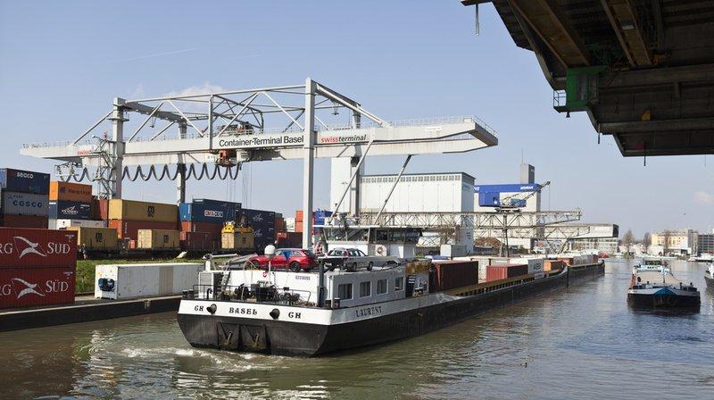 Bâle: un porte-conteneurs a heurté deux ponts sur le Rhin