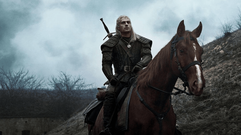 """La série télévisée The Witcher, inspirée de la saga littéraire du même nom, met en vedette le """"sorceleur"""" Geralt de rive, incarné par Henry Cavill."""
