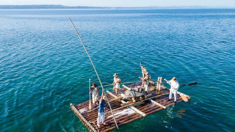 L'équipage va devoir propulser son radeau avec de longues perches, en longeant les rives.