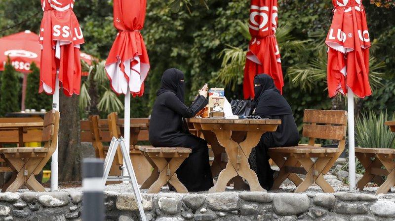 Tessin: les touristes contournent l'interdiction de la burqa avec des masques chirurgicaux