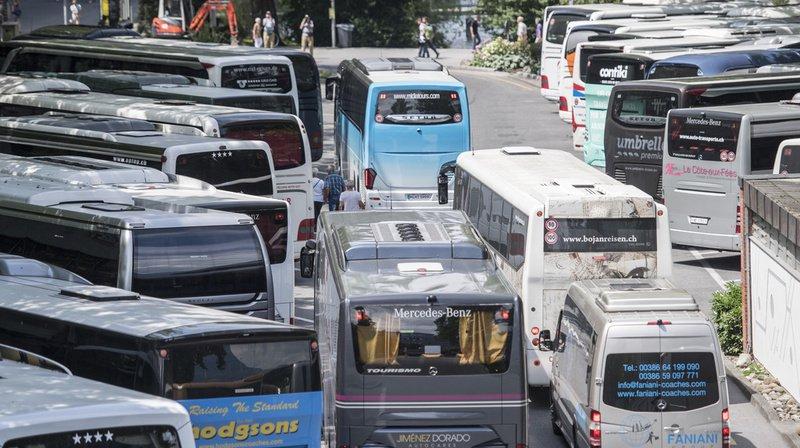 Introduire une taxe de 120 francs par car touristique s'arrêtant dans le centre-ville permettrait de réduire les nuisances et faire participer les visiteurs d'un jour aux coûts d'infrastructures. (Illustration)