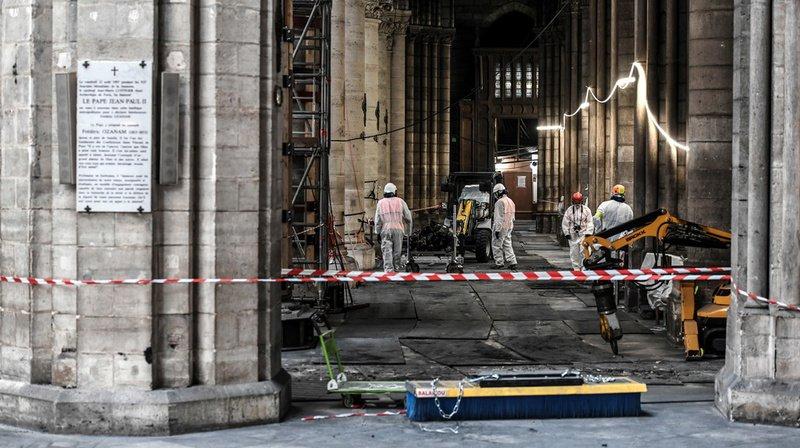 Plusieurs centaines de tonnes de plomb contenues dans la charpente de la flèche et la toiture ont fondu pendant l'incendie.