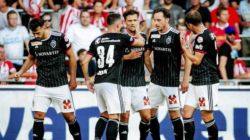 Les joueurs du FC Bâle se congratulent après leur deuxième but.