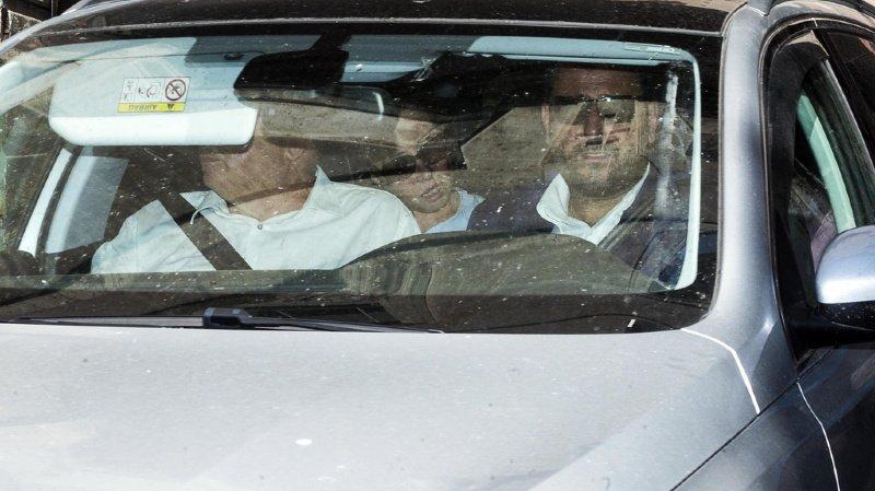 La femme du policier, au moment d'arriver à l'hôpital Santo Spirito de Rome, où il a succombé à ses blessures.