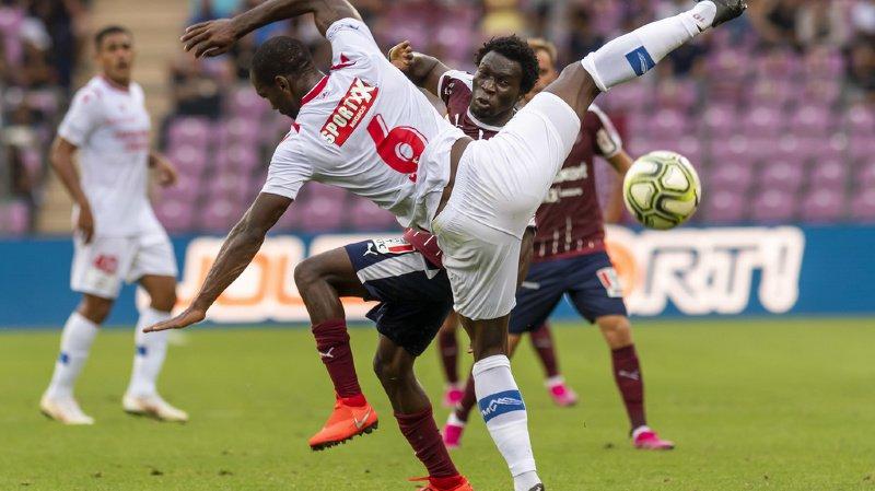 Le joueur de Sion Christian Zock, gauche, lutte pour le ballon contre le joueur de Servette Kone Koro.
