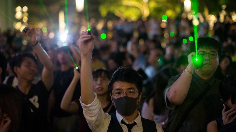 Mercredi, les manifestants hongkongais ont utilisé des pointeurs laser pour endommager les caméras de police.