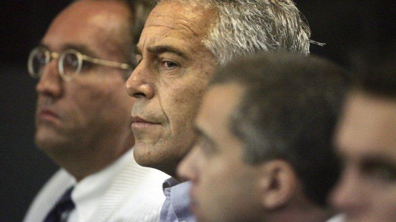M. Epstein (au centre) était accusé d'avoir organisé, pendant plusieurs années, un réseau constitué de dizaines de jeunes filles sous son emprise.
