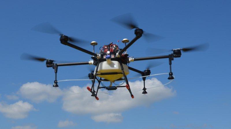 L'épandage par drones permet de voler de manière très précise à basse altitude au-dessus des cultures.