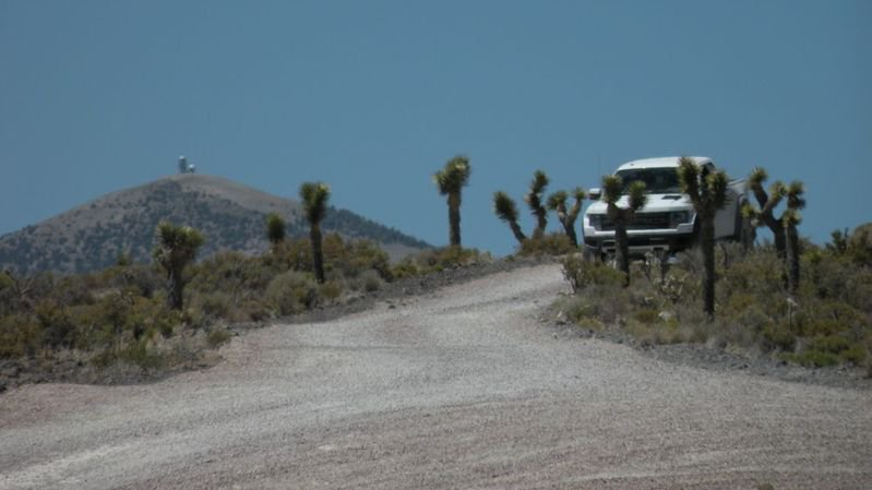 Il existe de nombreuses tours de sécurité sur les montagnes qui entourent la zone 51.