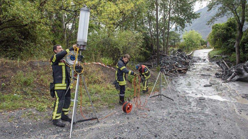 Les équipes de secours ont repris leur travail sur le terrain mardi matin.