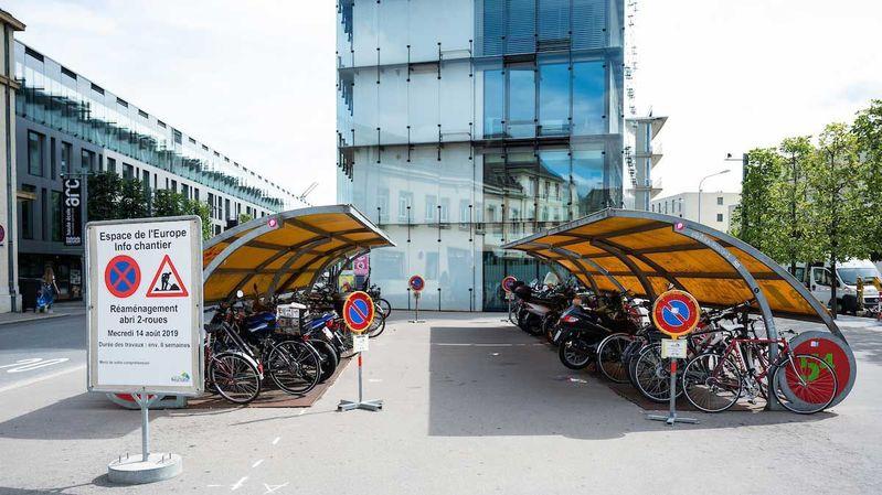 Les abris actuels peuvent accueillir 28 motos et vélos.