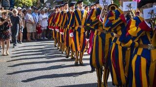 Fête des vignerons: les gardes du pape défilent pour la fête nationale
