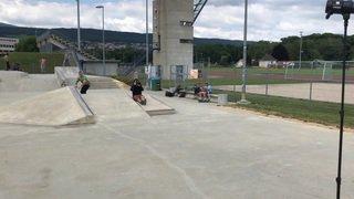 Kevin Stadelmann donne des cours au skatepark de Colombier