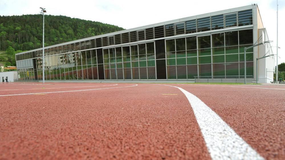 Le Centre sportif du Val-de-Travers accueillera bientôt une centrale solaire photovoltaïque, installée par la coopérative Coopsol.
