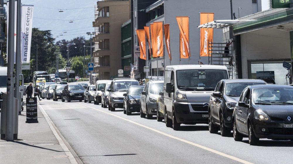La motion acceptée par le Conseil général vise à diviser par deux d'ici 2035 le trafic motorisé individuel.