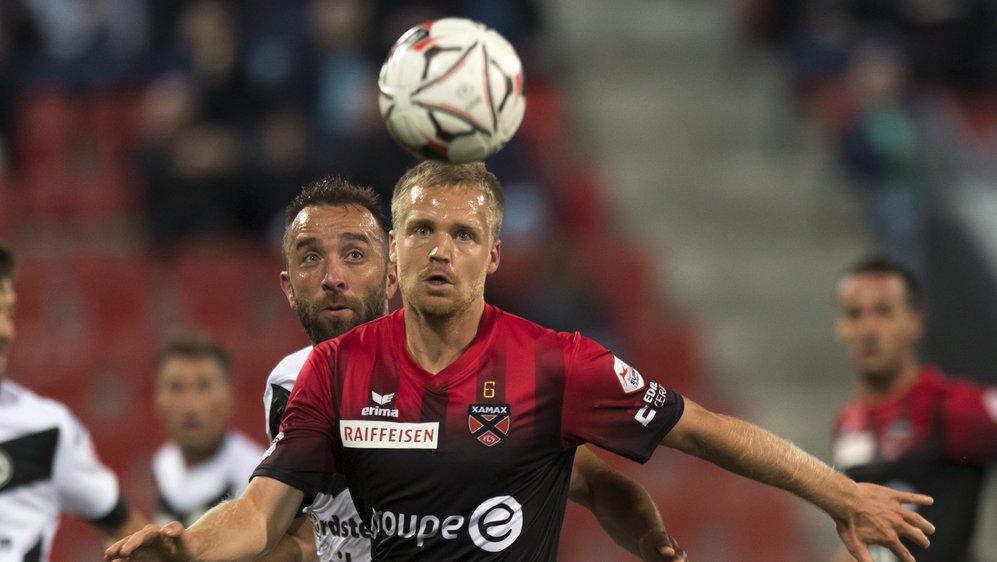 Gaëtan Karlen (ici devant le Luganais Mijat Maric) et Xamax entendent poursuivre leur redressement lors du derby contre Sion.