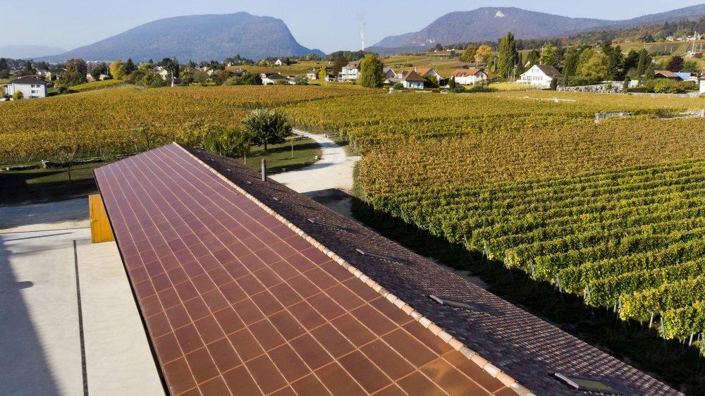 Des panneaux solaires photovoltaiques sont visibles sur le toit d'un hangar, sur le domaine du château d'Auvernier.