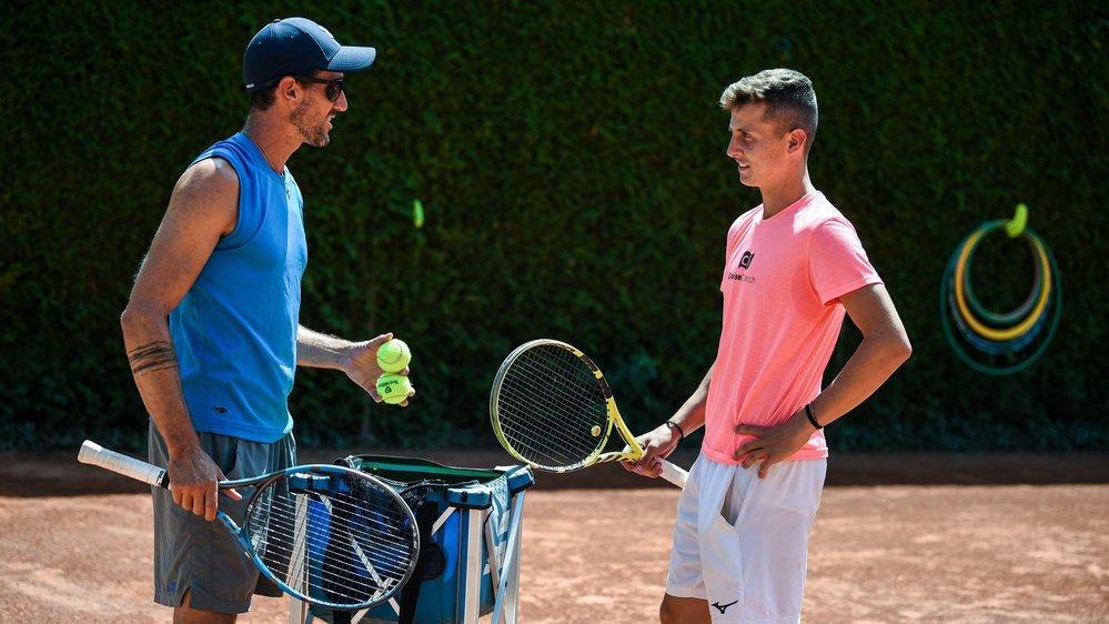 Damien Wenger jouera en Coupe Davis à mi-septembre. Ici, fin juillet au tennis des Cadolles, avec son coach Lionel Grossenbacher.