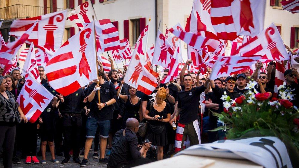 Les autonomistes de Moutier manifestant après la décision du Tribunal administratif bernois de confirmer l'invalidation du vote du 18 juin 2017.