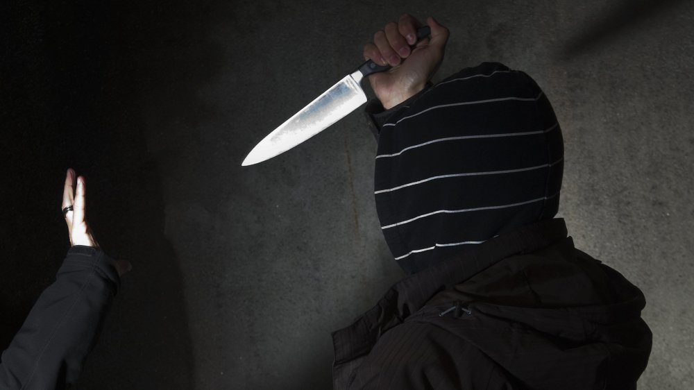 Après avoir cassé son téléphone, un homme avait tenté de s'en faire remettre un en menaçant des familles avec un couteau.
