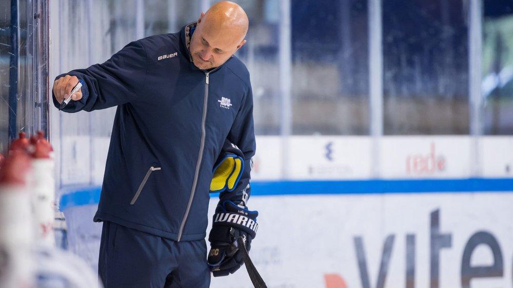 Mika Kvarnström explique un exercice durant un entraînement du HCC.