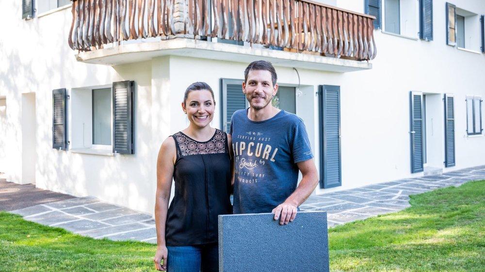 Caroline Jobin et Anthony Stoppa, devant leur maison fraîchement rénovée à Fontainemelon.