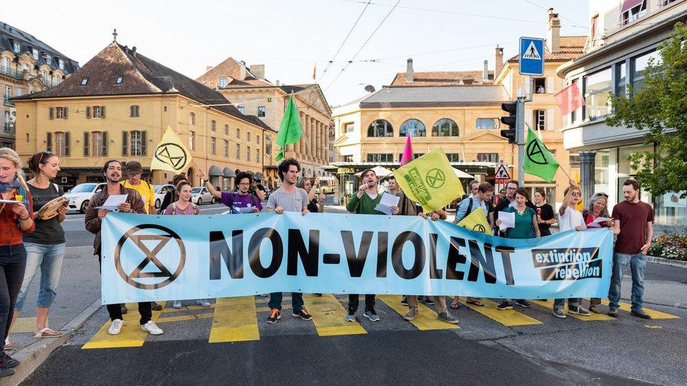 Au carrefour de la rue de l'Hôtel de ville et de l'avenue du Premier-Mars, les activistes d'Extinction Rebellion ont bloqué le trafic ce vendredi en fin de journée.