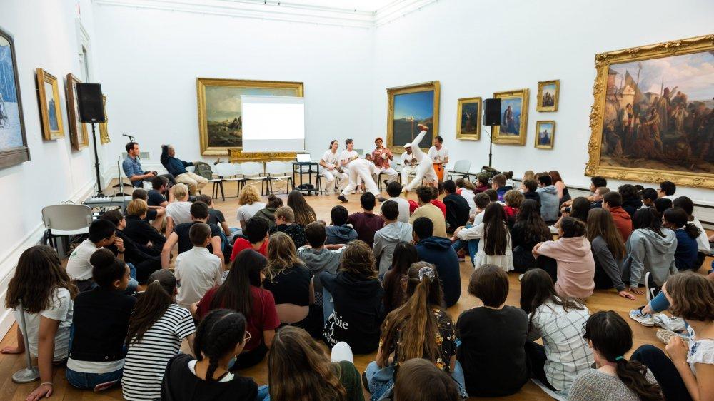 Une centaine de jeunes ont participé à une démonstration de capoeira Angola au Musée d'art et d'histoire de Neuchâtel.