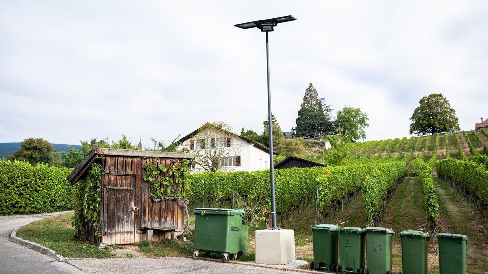 Quatre de ces lampadaires solaires ont été installés le long de la rue des Vignes.