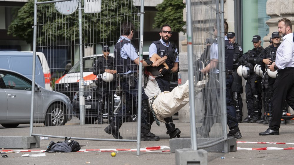 Comme les autres activistes condamnés, la Chaux-de-Fonnière dénonce les méthodes de la police: détention trop longue dans des conditions discutables, palpations multiples injustifiées et insultes.
