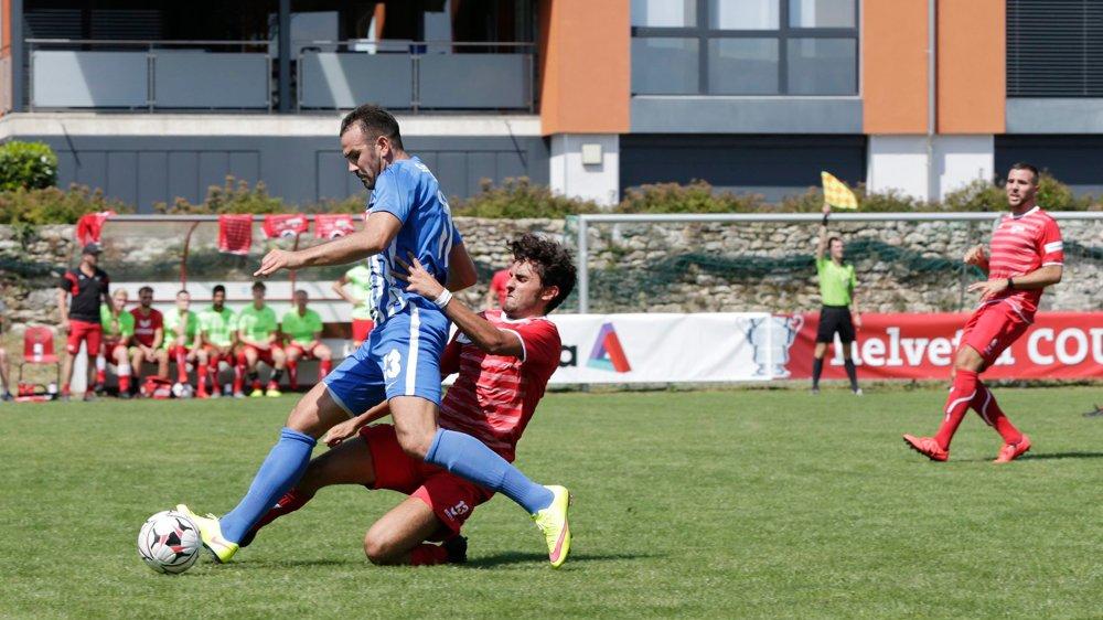 Fabio Coletta (en rouge) tacle l'Alémanique Hazir Zenuni. Les Neuchâtelois ont mérité leur qualification.