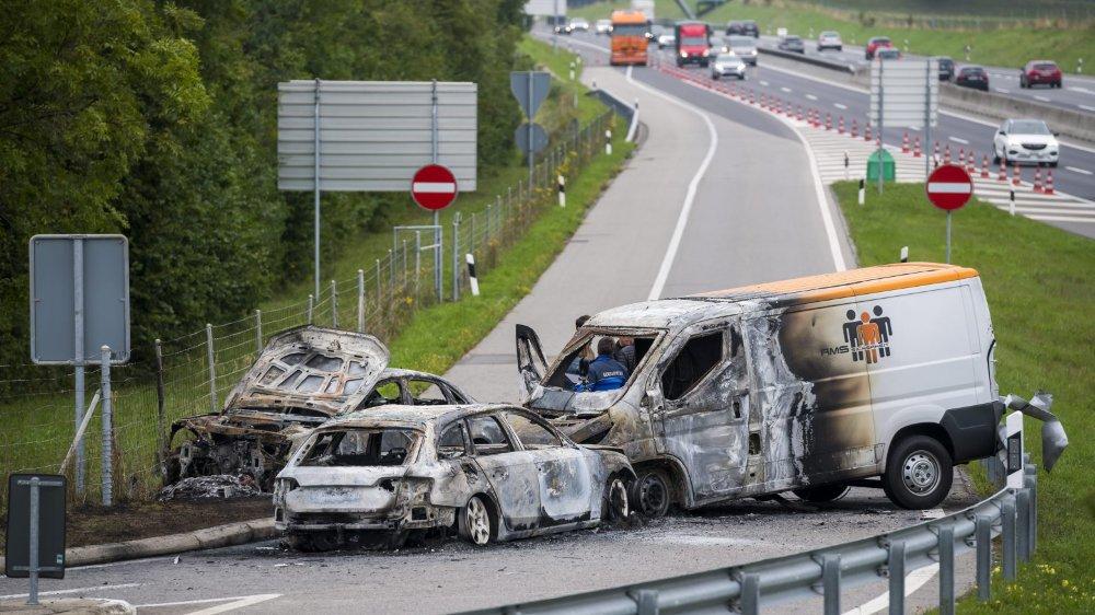 Les braqueurs ont incendié les véhicules utilisés.
