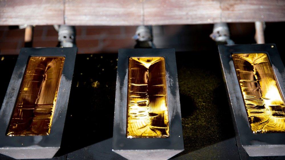 La fonderie de Metalor n'est pas bien grande. Un seul creuset permet de verser de l'or en fusion, et dix moules accueillent la matière.