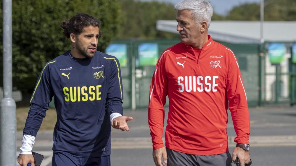 Ricardo Rodriguez (à gauche) et Vladimir Petkovic en discussion au terme du dernier entraînement en terre irlandaise, hier matin.