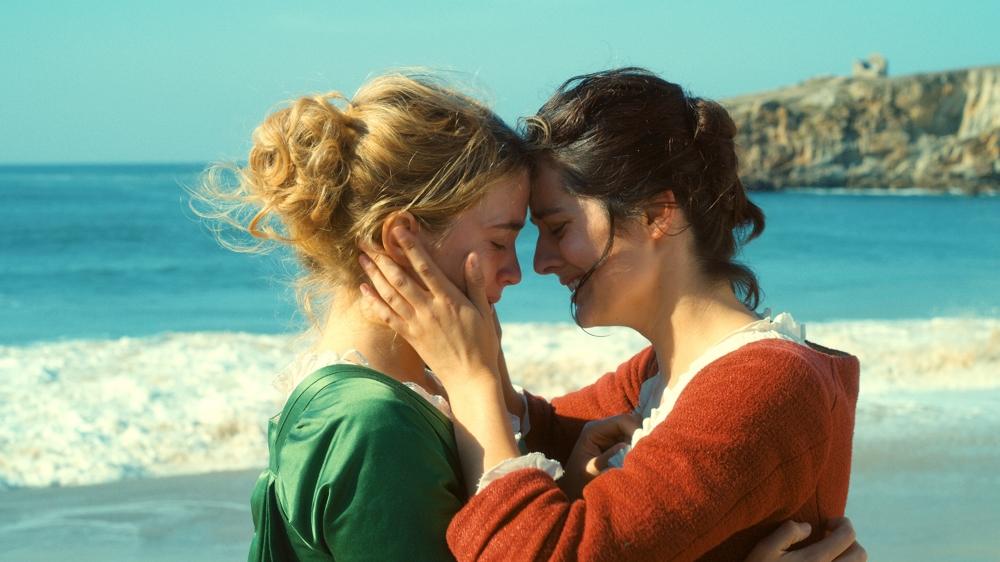 Marianne (Noémie Merlant) doit  peindre Héloïse (Adèle Haenel)  en secret…