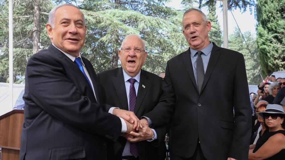 Le premier ministre israélien Benjamin Netanyahou (à gauche), qui joue sa survie politique,  a pris Israël par surprise hier:  il a appelé Benny Gantz (à droite) à la formation d'un gouvernement d'union nationale. Au centre,  le président israélien Reuven Rivlin.
