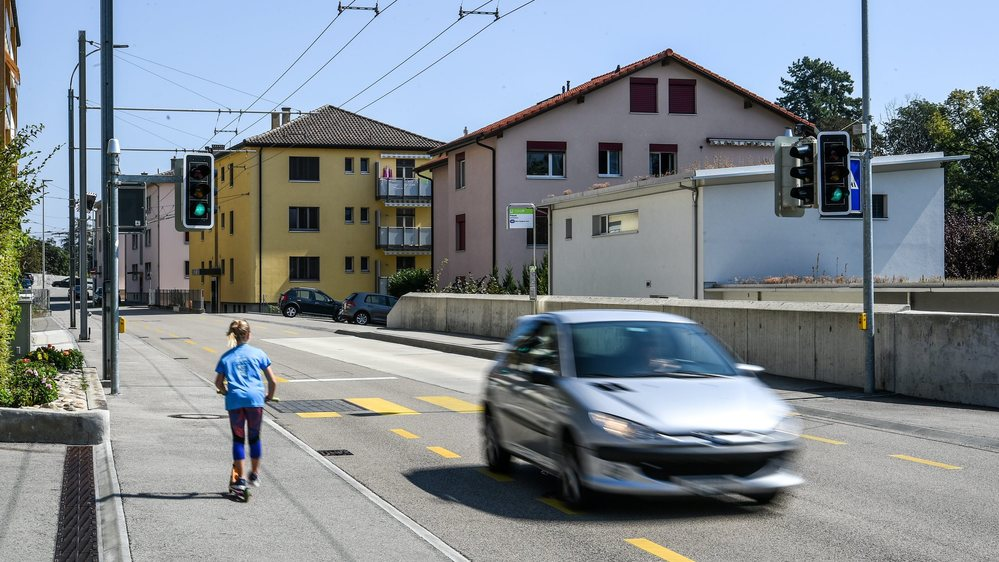 La rue des Préels est un axe routier important à travers Cormondrèche.