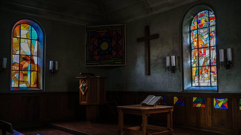 Communion (à droite), le premier vitrail d'inspiration religieuse pour le peintre loclois Lermite, réalisé en 1965. Photo: Christian Galley