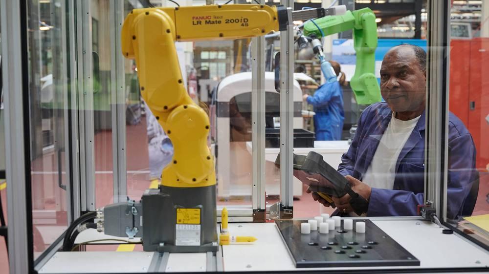 Les entreprises s'équipent de plus en plus avec des machines autonomes, comme ce robot. Au CNIP de Couvet, on forme des chômeurs pour les faire fonctionner.