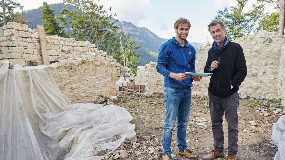 Le doctorant Bastien Jakob et l'archéologue Christian de Reynier dans les ruines du château de Rochefort.