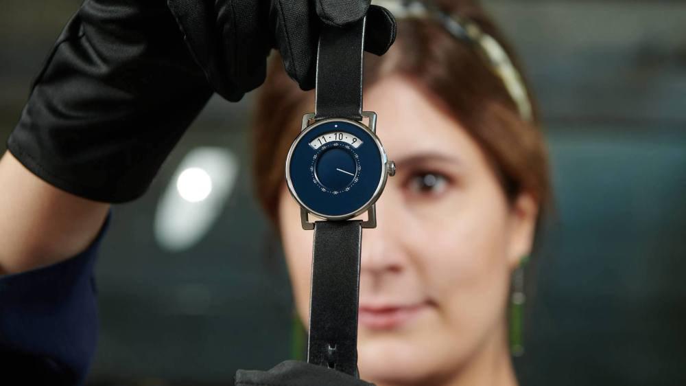Présentation de la nouvelle montre MIH Gaïa, par Nathalie Marielloni, conservatrice adjointe du musée.