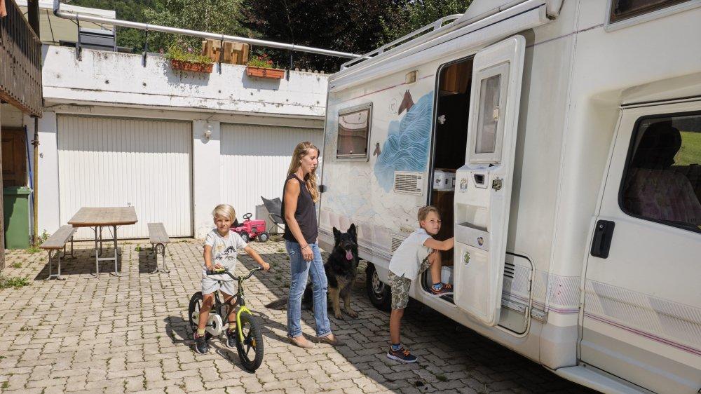 Faute d'appartement, Lisa et ses enfants font du camping devant la maison.