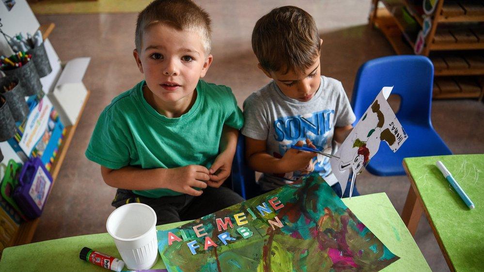 Rot, blau, gelb... Pour les petits écoliers de Noiraigue, l'apprentissage de l'allemand est haut en couleur.