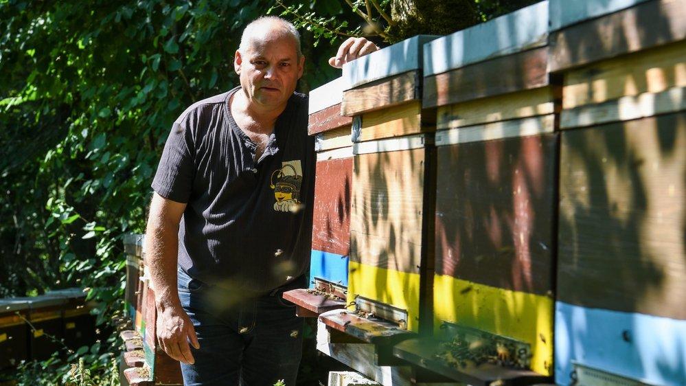 Christope Bachmann à côté de l'un de ses 250 ruches.