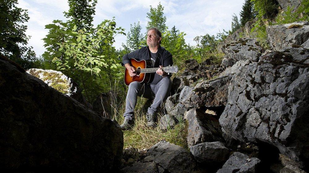 Le chanteur-auteur-interprète Vincent Vallat, dans un coin de Saignelégier, où il aime marcher des heures pour y rejoindre ses endroits favoris.