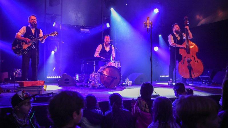 Les Petits Chanteurs à La Gueule de Bois sur scène.