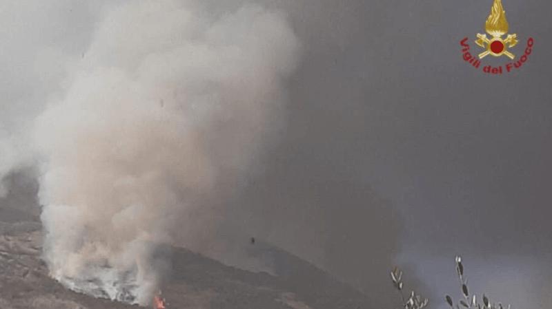 Une intervention est en cours pour maîtriser des feux de végétation.
