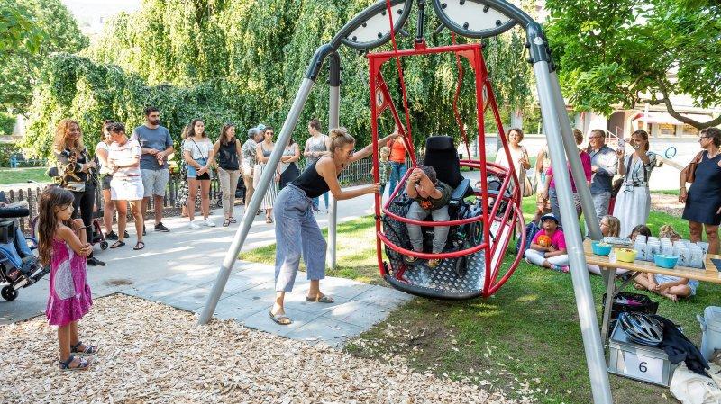Neuchâtel: chic, une balançoire adaptée aux chaises roulantes a été inaugurée!